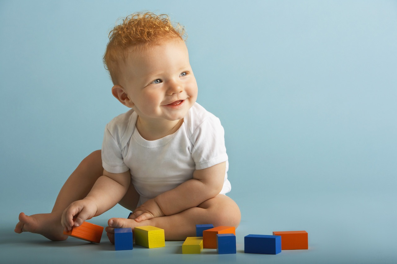 Bébé et ses jouets en bois